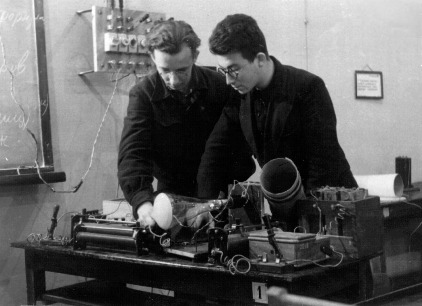 Студенты 3-го курса А.А.Кокин и Л.Марголин в лаборатории физики. 1950г.