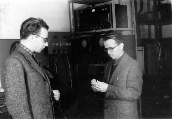 Аспиранты А.А.Кокин и А.К.Чирков в лаборатории магнитного резонанса 1958г.
