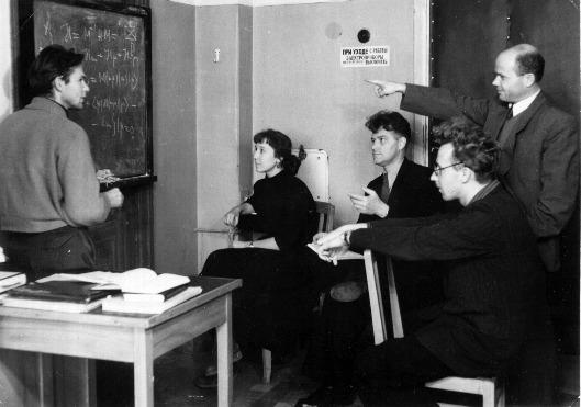Семинар на кафедре теоретической физики 1958г. В.М.Еленонский, Т.Г.Изюмова, Г.В.Скроцкий, А.А.Кокин и П.С.Зырянов.