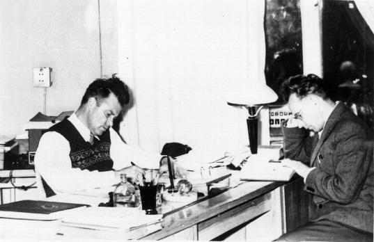 Работа над переводом книги А.Абрагама 'Ядерный магнетизм' 1962г. Г.В.Скроцкий и А.А.Кокин.